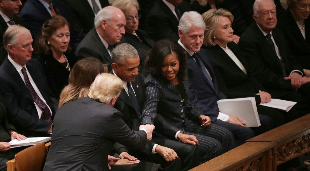 پای اختلافات ترامپ و کلینتون به مراسم تشییع بوش پدر هم کشیده شد!+ تصویر