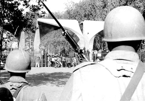 حمله سربازان و نیروهای امنیتی به دانشگاه تهران-١٣٣٢