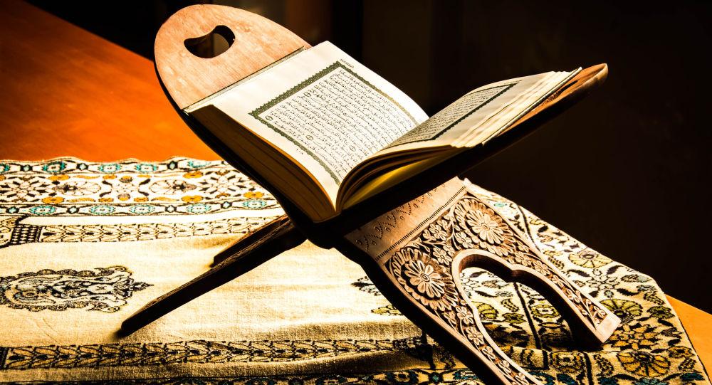 قرائت مجلسی سورههای قمر آیات 49 تا آخر و الرحمن آیات 1 تا 33 با نوای استاد غلوش