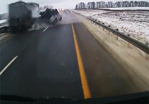 حادثه وحشتناکی که راننده تریلی در بزرگراه ایجاد کرد + فیلم