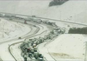 گرفتار شدن صدها خودرو در ترافیک وحشتناک/ برف سنگینی که یک بزرگراه را فلج کرد + فیلم