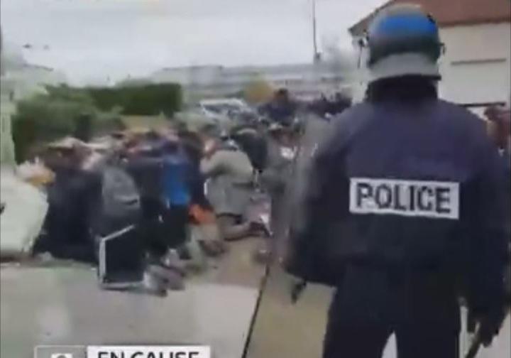 رفتار تحقیرآمیز پلیس فرانسه با دانشآموزان