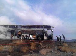 شعله های آتش، اتوبوس مسافربری را به پاره های آهن تبدیل کرد
