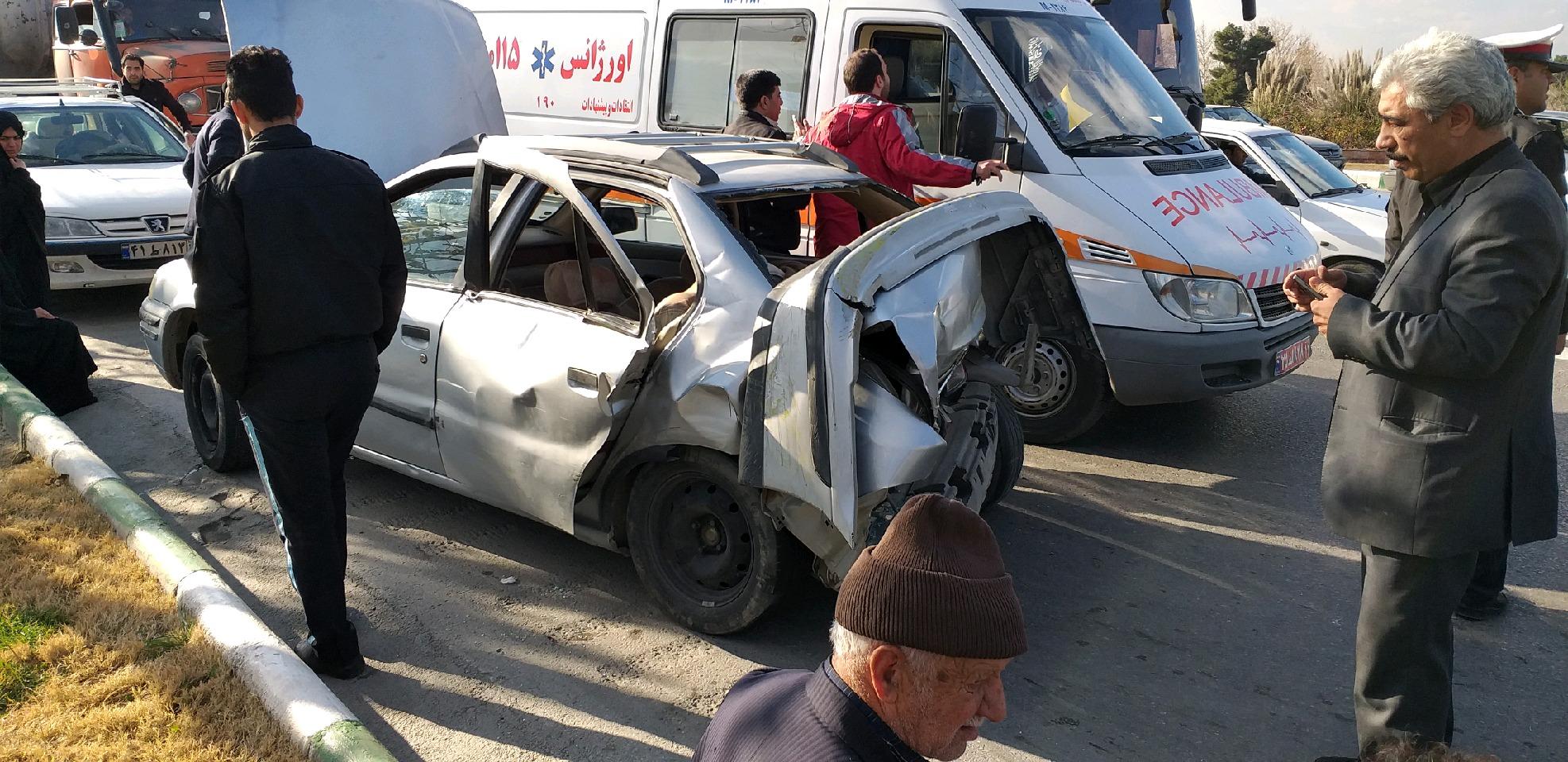 برخورد شدید ۲ دستگاه خودروی سمند و تریلی روی پل غدیر مشهد