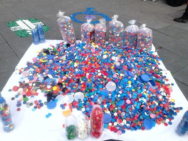 جمع آوری و فروش درب بطریهای پلاستیکی با هدف خرید ویلچر برای معلولان + فیلم