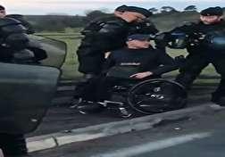 باشگاه خبرنگاران - بی حرمتی ماموران پلیس فرانسه به یک معلول + فیلم
