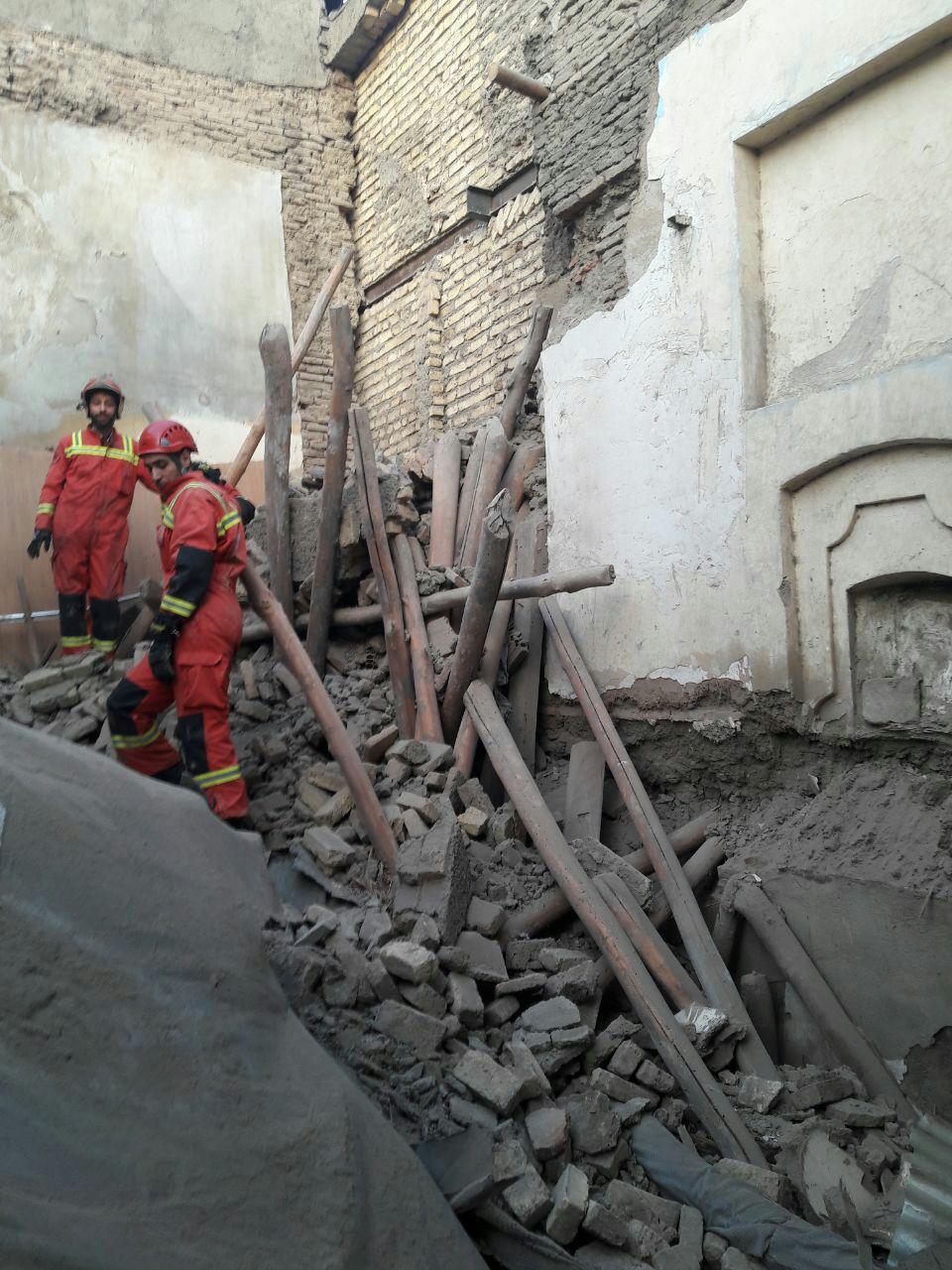ریزش آوار ساختمان قدیمی در سبزه میدان/ تداوم جستجو برای یافتن محبوسان احتمالی زیر آوار + عکس