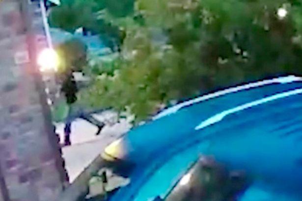 واکنش قاتل پس از مشاهده مدرک اثبات قتل توسط دوربین همسایه! + فیلم////