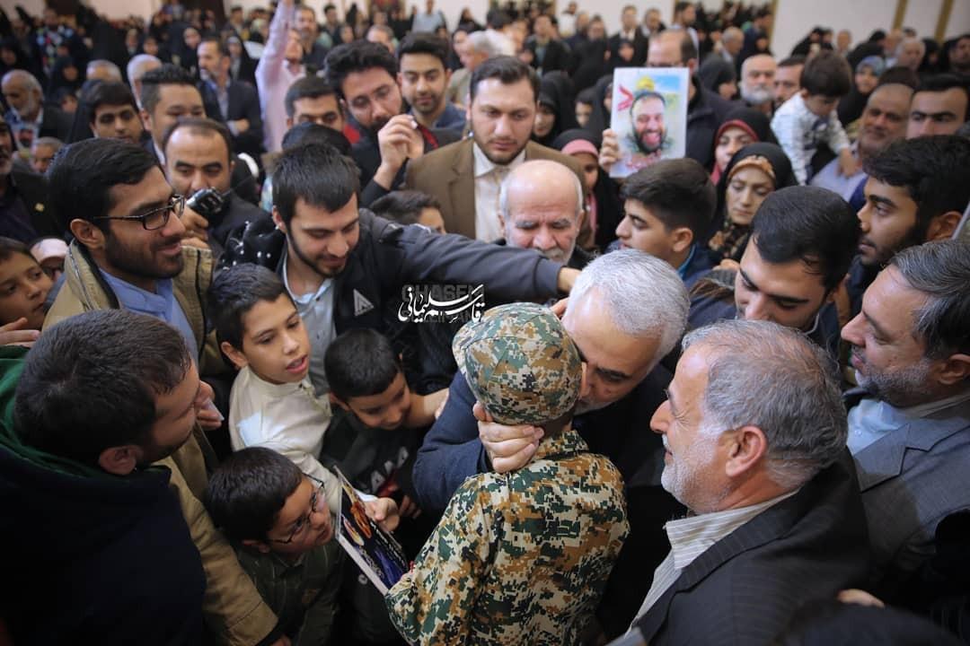 تصاویر دیدار جمعی از خانواده ی شهدای مدافع حرم با سردار سلیمانی