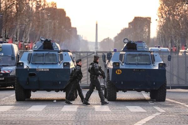 معترضان فرانسوی مجدداً به خیابانها آمدند/ پاریس چهره نظامی به خود گرفت