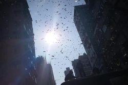 رویدادی شگفتانگیز در هنگکنگ/ بارش پول از آسمان! + فیلم و عکس
