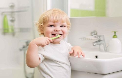 رعایت بهداشت دهان کودکان و مسواک زدن دندانهای آنها