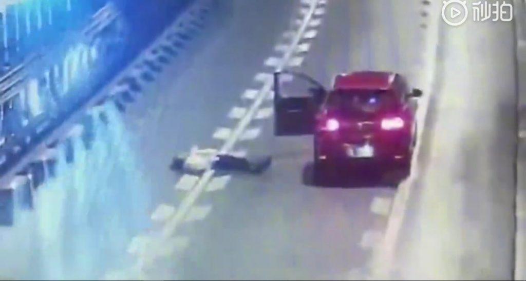 اقدام عجیب زن جوان در تونل بزرگراه! + فیلم//