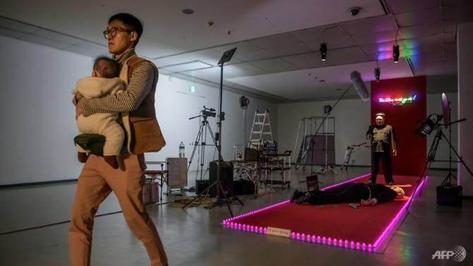 نمایشگاه هنری کره جنوبی: کیم دارد شلیک میکند و ترامپ مرده است + تصاویر