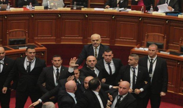 حمله یک نماینده خشمگین آلبانی به نخستوزیر با تخممرغ+ تصاویر