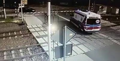 تصادف شاخ به شاخ آمبولانس با قطار حین دور زدن روی ریل + فیلم