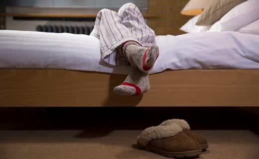سندروم پای بیقرار، اختلالی که لذت خوابی راحت را از شما میگیرد/ این عارضه درمان میشود؟ (خبر ۲ فروردین)