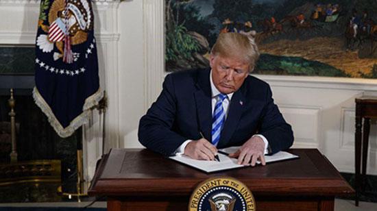 تصویری از لحظهای که ترامپ سپاه را در فهرست سازمان های تروریستی قرار داد