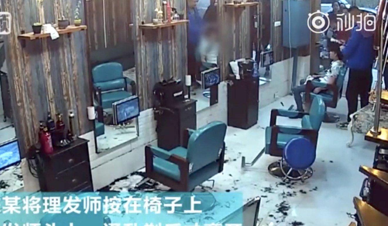 واکنش عجیب مشتری به خراب شدن موهایش توسط آرایشگر! + فیلم////