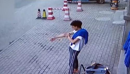نجات معجزه آسای جوان چینی از حادثه مرگبار+فیلم