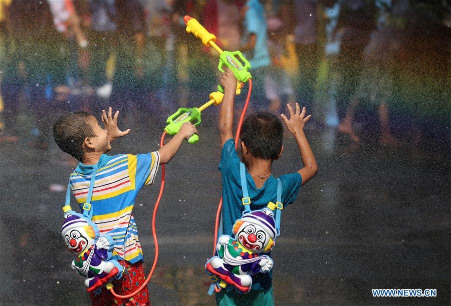 میانماریها با جشن آب به استقبال سال نو رفتند + تصاویر