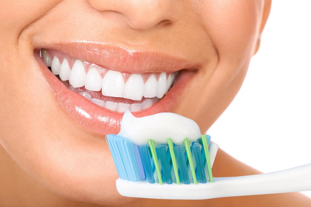 ۶ راه طبیعی سفید کردن دندانها/ هشدار؛ این روشهای سفیدی دندان خطرناک هستند