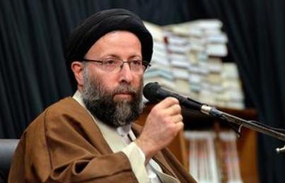 روحانی که بدون عمامه در مناطق سیلزده بیل به دست گرفت +فیلم