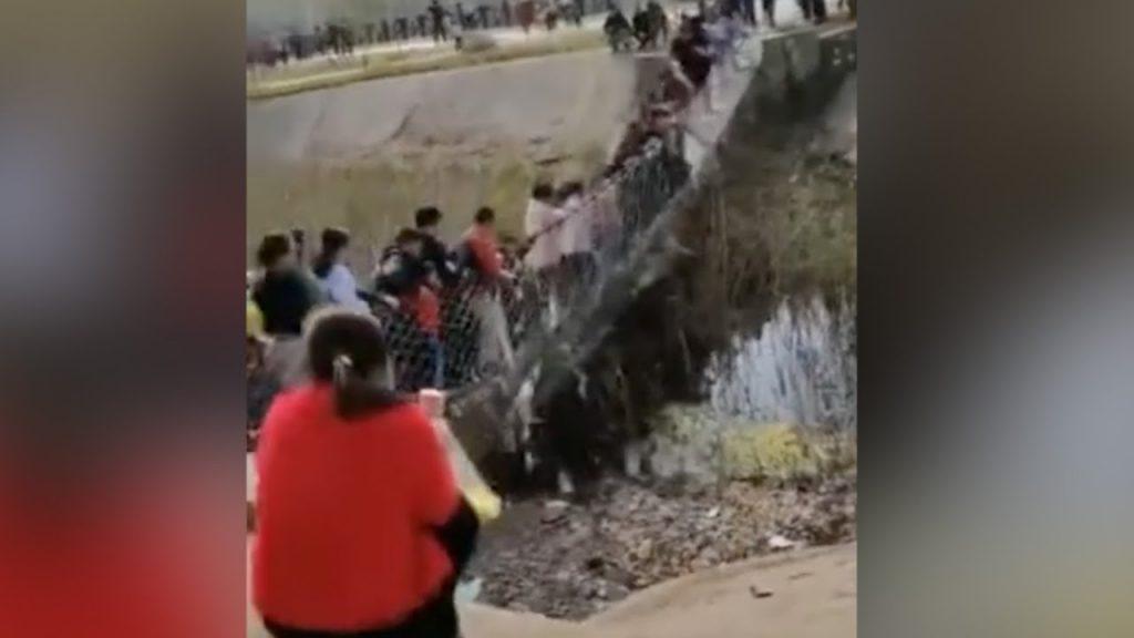 لحظه سقوط گردشگران از روی پل چوبی! + فیلم///