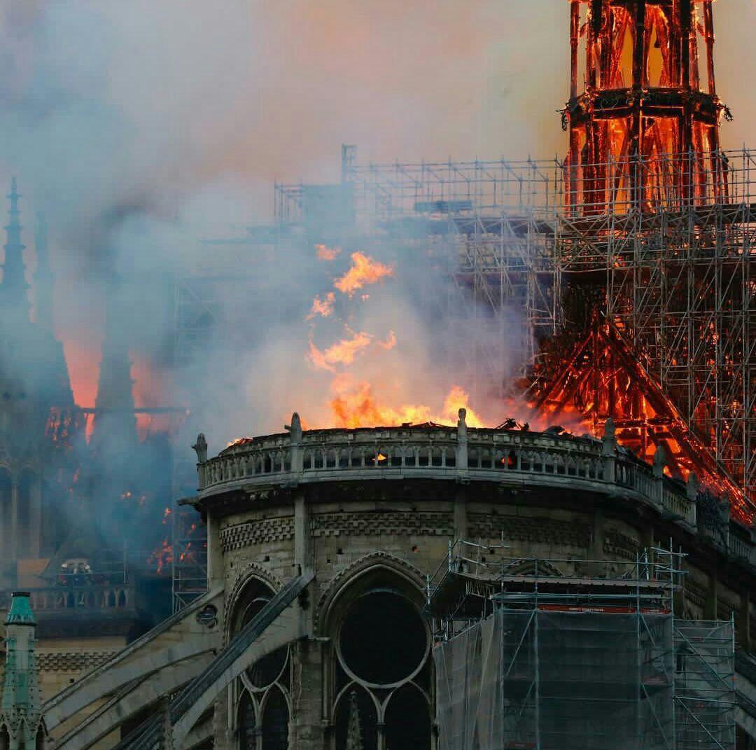 آتشسوزی گسترده در کلیسای جامع «نوتردام» پاریس/مکرون سخنرانی خود را لغو کرد