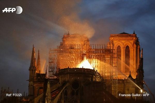 مهار آتشسوزی در کلیسای نوتردام پاریس / گنبد و سقف کلیسا از بین رفت