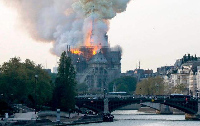تصاویر روز: از وقوع آتش سوزی در کلیسای نوتردام فرانسه تا تولید سس سویا به شیوه سنتی در چین
