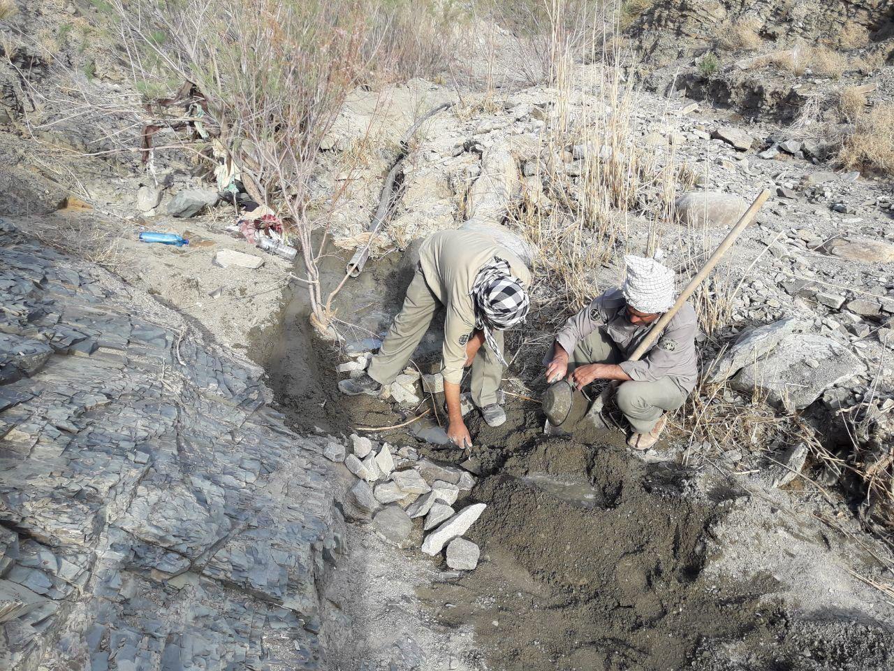 بهسازی یک دهنه چشمه در مناطق صعب العبور کوهستانی شهرستان زاهدان