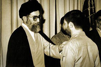 لحظات منتشر نشدهای از اعطای درجه سپهبدی صیاد شیرازی توسط رهبر انقلاب به فرزند شهید + فیلم