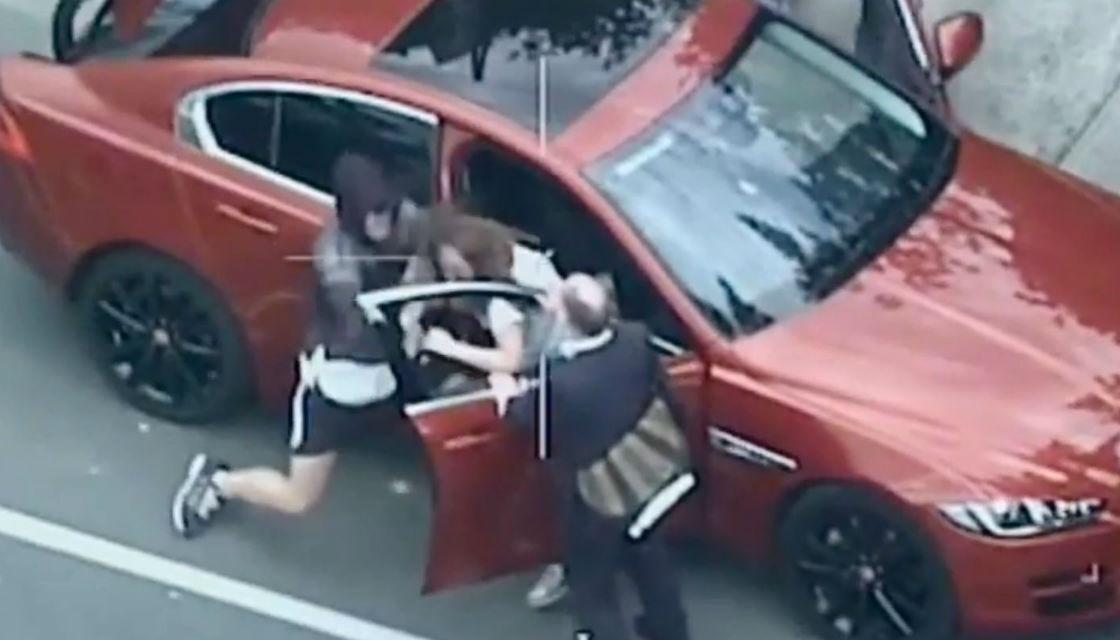 لحظه حمله سارق مسلح به زن جوان در خیابان! + فیلم///