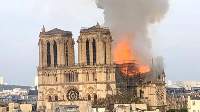 آوازخوانی پاریسی ها در مقابل کلیسای نوتردام که شب گذشته در آتش سوخت.