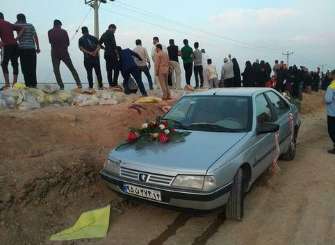 مراسم ازدواج زوج خوزستانی بر روی سیل +فیلم و عکس