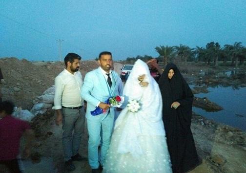 زوج خوزستانی مراسم ازدواجشان را در کنار سیلاب برگزار کردند