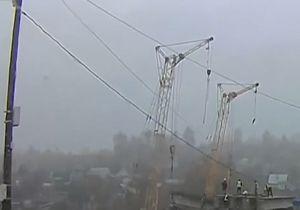 سقوط جرثقیل ساختمانی بر روی کارگران + فیلم
