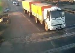 فیلم لحظه برخورد وحشتناک قطار به کامیون