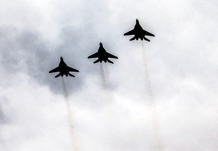 جنگنده های نیروی هوایی از مقابل جایگاه رژه رفتند/ نخستین حضورجنگنده ایرانی کوثر