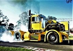 ماجرای شنیدنی  بازسازی سالار جاده های استرالیا در پارکینگ خانه/ کامیون کف خوابی که ساختش 7 سال طول کشید!  + فیلم