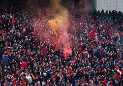 جنجال روی سکوها و اعتراض به بازیکنان/ اشتباه یک دروازهبان دیگر!/درگیری هواداران تبریزی با شجاعی/هواداران ورزشگاه را ترک نمی کنند/پرتاب صندلی ها به زمین