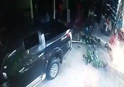 زنده ماندن شگفت انگیز عابران پس از تصادف خودرو با چند مغازه + فیلم