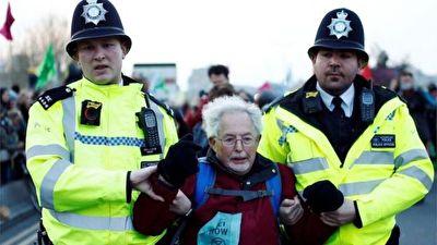 شیوه پلیس لندن برای خالی کردن خیابان از حضور معترضان + فیلم