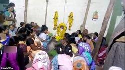 همدردی عجیب میمون با زن داغدار در مراسم تشییع جنازه! +فیلم
