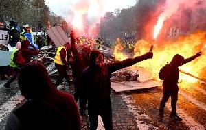 هرج و مرج در پاریس به اوج خود رسید/ برخورد شدید پلیس با معترضان به نظام سرمایه داری +فیلم