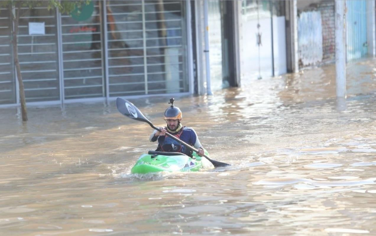 حضور جمیله طهماسبی قهرمان اسبق کانوپولو آسیا در میان مردم سیل زده آققلا گلستان +تصویر