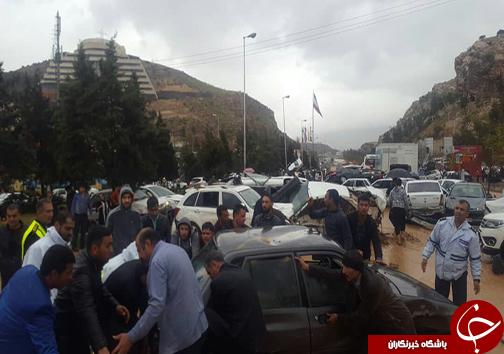 واژگونی بیش از ۲۰۰ خودرو در سیل دروازه قرآن شیراز/ شهروندان از مسیر دروازه قرآن و هفت تنان شیراز عبور نکنند/کنارگذرهای رودخانه خشک مسدود شد