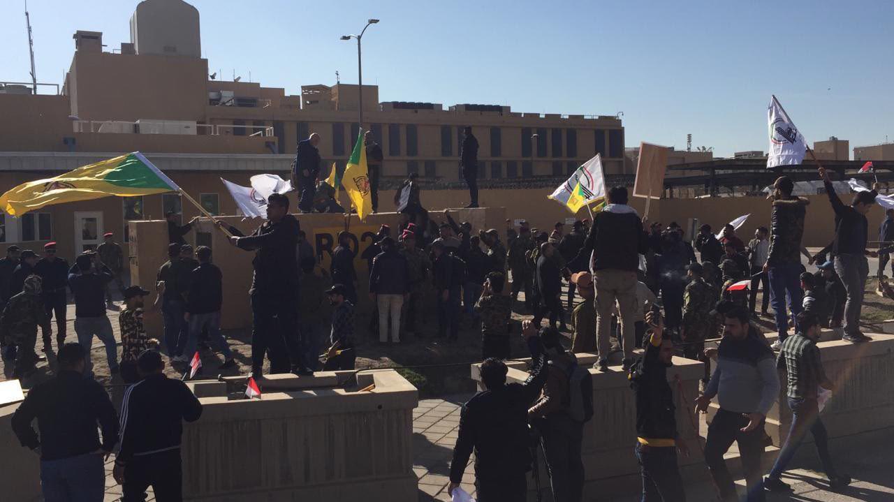 عزاداران خشمگین عراقی پرچم آمریکا را به آتش کشیدند