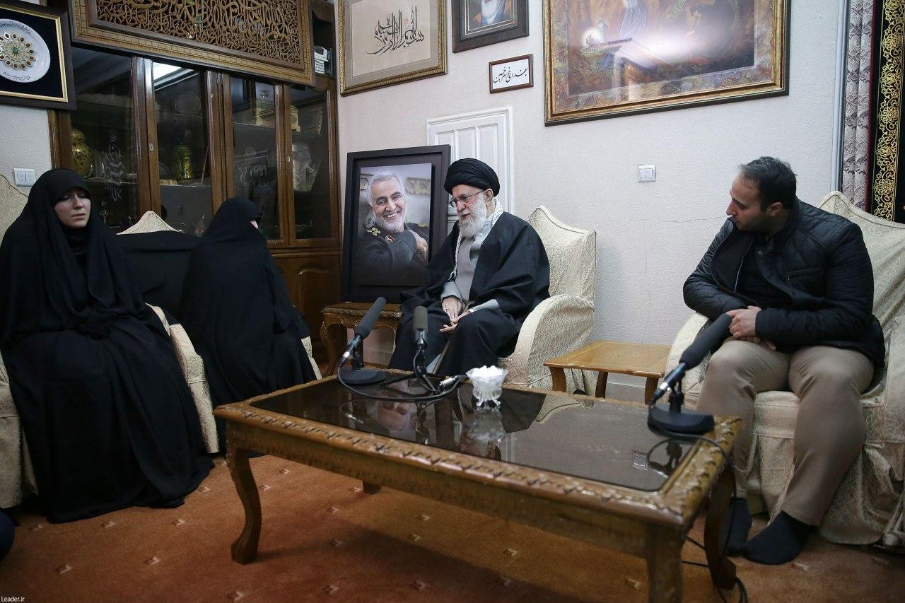 رهبر معظم انقلاب در منزل سردار شهید سلیمانی حضور پیداکردند